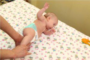 Во сколько ребенок начинает переворачиваться на животик