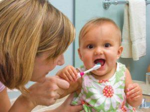 Как чистить ребенку зубы до года?