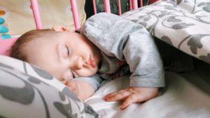 Месячный ребенок днем не спит