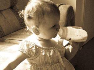 Как ребенка приучить к бутылке?