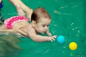Как учить плавать младенца?