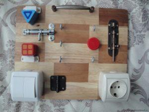 Доска с замками и выключателями для детей
