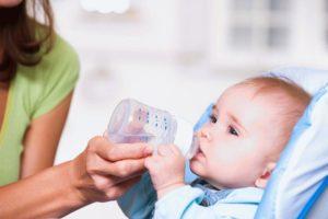 Надо давать новорожденным воду