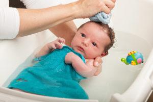 В какой воде мыть новорожденного