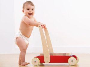 Как помочь ребенку самостоятельно ходить?