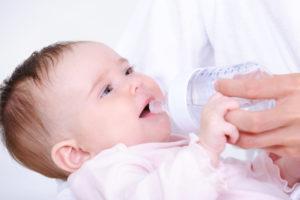 Нужно ли давать ребенку воду