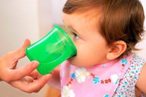 Как научит ребенка пить из кружки?