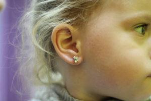 Можно ли прокалывать уши ребенку?