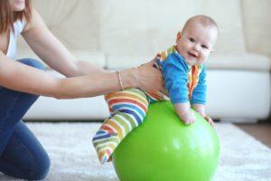 Гимнастика на мяче для малышей