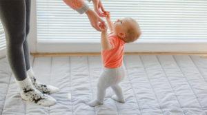 Во сколько начинает ходить малыш