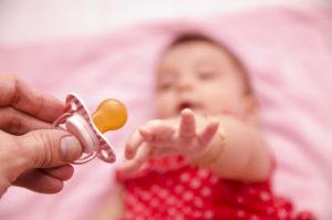 Как отучит ребенка от пустышки?