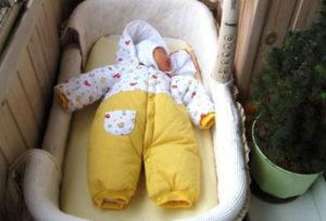 Как гулять с новорожденным первый раз?