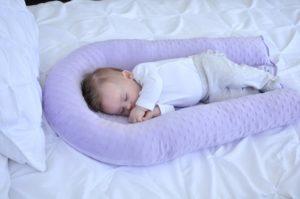 Во сколько ребенка можно ложить на подушку