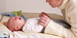 Сильно болит живот у новорожденного