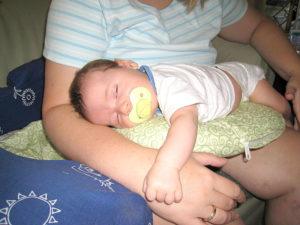 Как ребенка класть на живот?