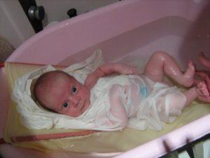 После купания новорожденного чем мазать