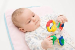 Во сколько месяцев ребенок играет с погремушками