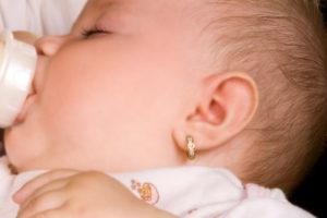 Во сколько лет прокалывают уши девочкам комаровский