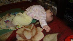 Ребенок выгибается дугой и кричит