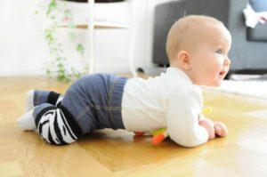 Как начинает ползать малыш?