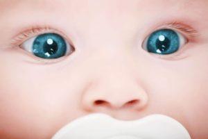 У новорожденного синие глаза