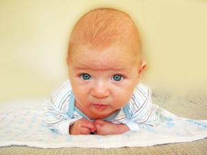 Как в 2 месяца ребенок держит голову?