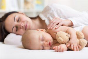 Ребенок спит только рядом с мамой
