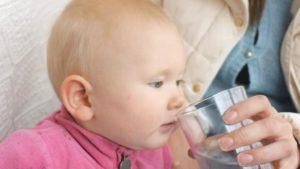 Когда ребенку можно начинать давать воду