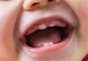 Когда начинают резаться первые зубки у детей