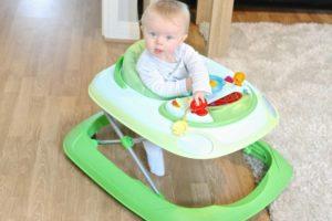 Во сколько месяцев ребенка ставить в ходунки