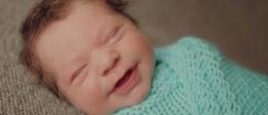 Во сколько начинает улыбаться малыш