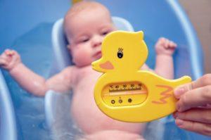 При какой температуре воды можно купать ребенка