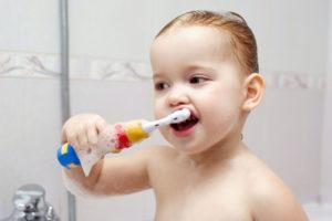 Как в годик чистить зубы?