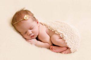 Во сколько месяцев начинает новорожденный держать головку