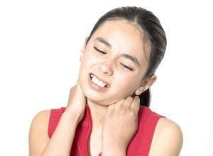 Болит шея у ребенка слева