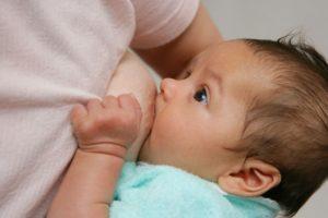 Во время кормления ребенок икает