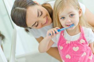Во сколько лет чистят зубы детям