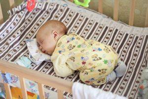 Почему мало спит месячный ребенок?