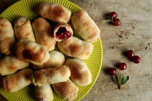 Постные пирожки с вишней в духовке
