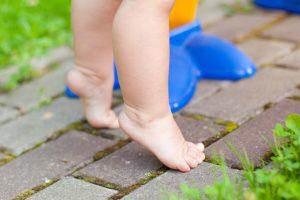 Ребенок 1 7 ходит на носочках