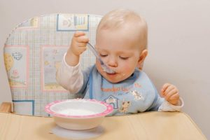Как приучить ребенка самостоятельно есть ложкой?