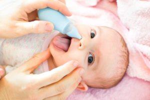 Как новорожденному ребенку чистить нос?
