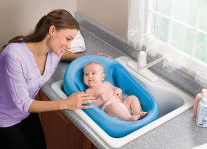 Как одной искупать младенца?