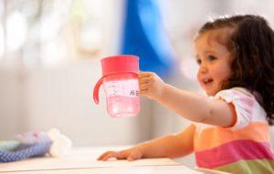 Когда ребенок должен уметь пить из кружки