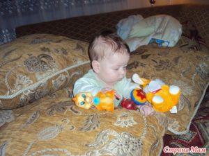 Садить ребенка в подушки