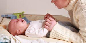 У новорожденного мальчика болит живот