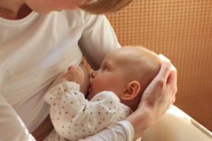 Кормление новорожденного ребенка грудью