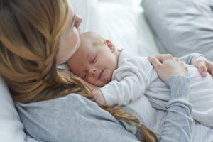 Ребенок на руках спит