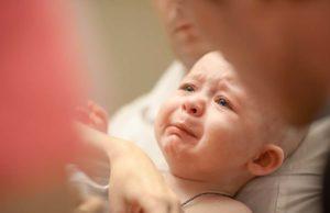 Почему месячный ребенок трясет подбородком?