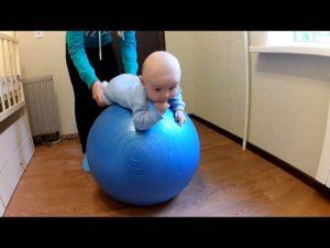 Занятия на фитболе с малышом 2 месяцев